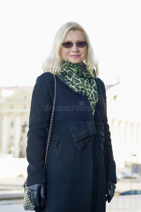 Retrato da mulher loura Meados de-envelhecida feliz fora fotos de stock royalty free