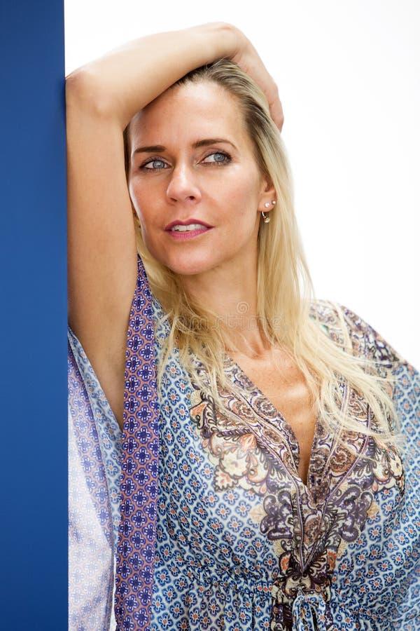 Retrato da mulher loura no vestido azul fotos de stock royalty free
