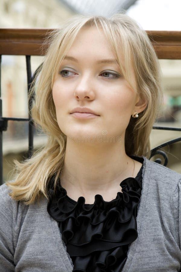 Retrato da mulher loura nova fotos de stock