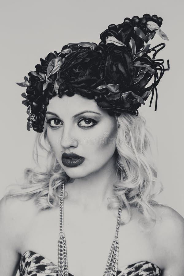 Retrato da mulher loura nova bonita no chapéu extravagante no fundo branco fotos de stock royalty free