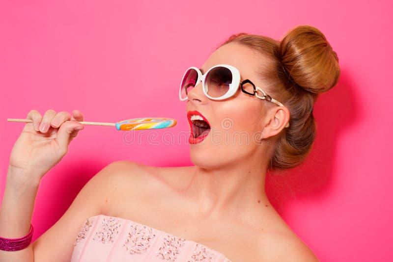 Retrato da mulher loura nova bonito à moda com doces coloridos fotos de stock royalty free