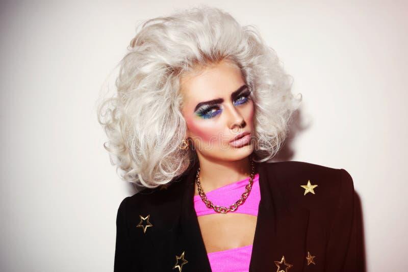 Retrato da mulher loura da platina bonita nova com eyebr corajoso imagens de stock royalty free