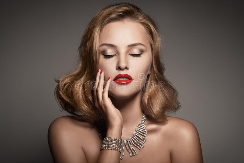 Retrato da mulher luxuosa bonita com jóia fotos de stock royalty free