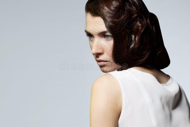 Retrato da mulher luxuosa com penteado profissional imagens de stock royalty free