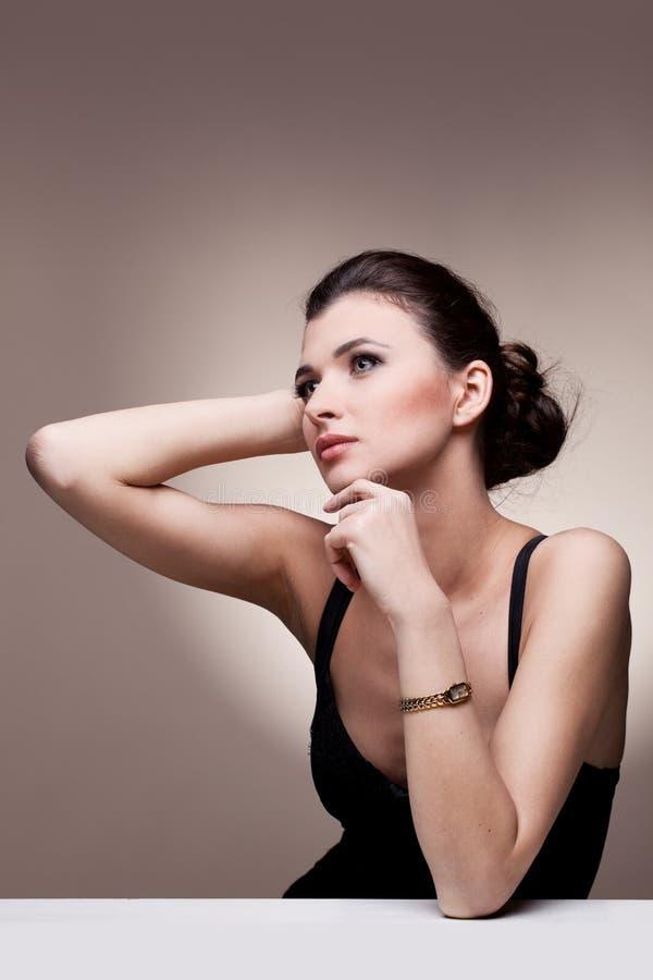 Retrato da mulher luxuosa na jóia exclusiva imagem de stock