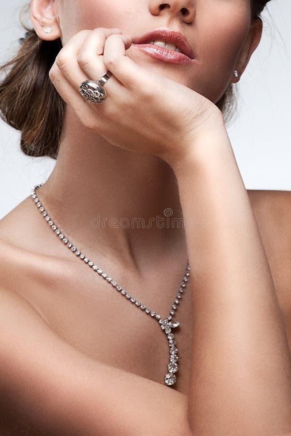 Retrato da mulher luxuosa na jóia exclusiva foto de stock