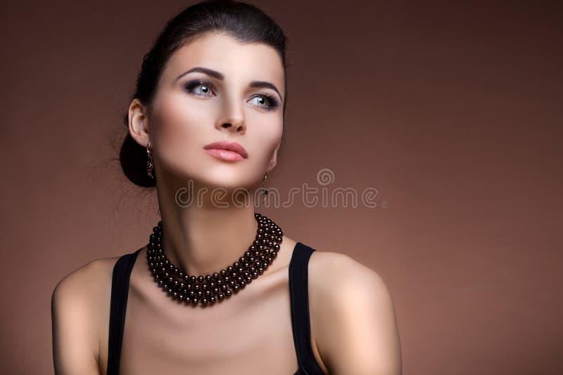Retrato da mulher luxuosa na joia exclusiva fotografia de stock royalty free