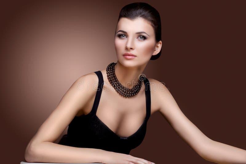 Retrato da mulher luxuosa na joia exclusiva imagem de stock royalty free