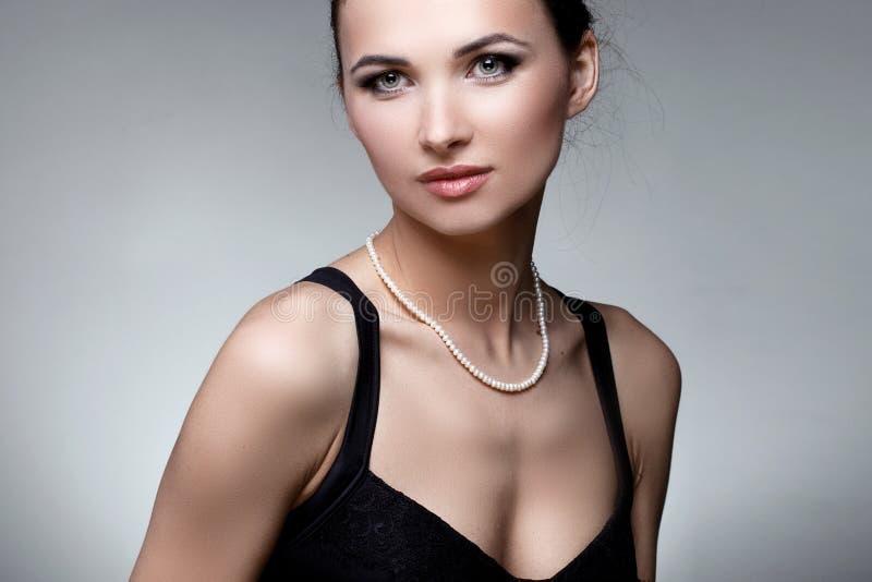 Retrato da mulher luxuosa na joia exclusiva no backgro natural imagem de stock royalty free