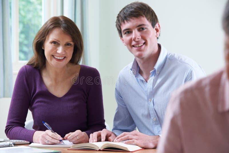 Retrato da mulher madura com classe de In Adult Education do tutor fotografia de stock