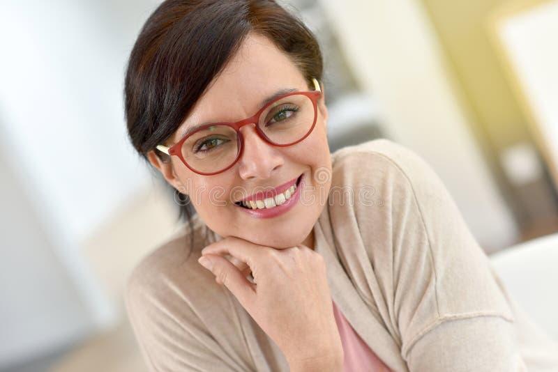 Retrato da mulher madura de sorriso fotografia de stock