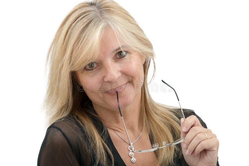 Retrato da mulher madura de sorriso com monóculos imagem de stock royalty free