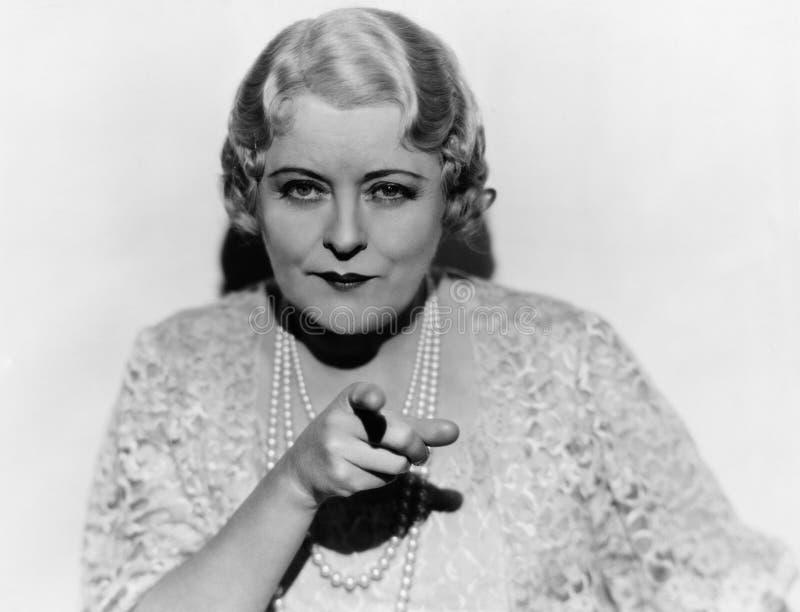 Retrato da mulher madura que aponta o dedo (todas as pessoas descritas não são umas vivas mais longo e nenhuma propriedade existe imagens de stock