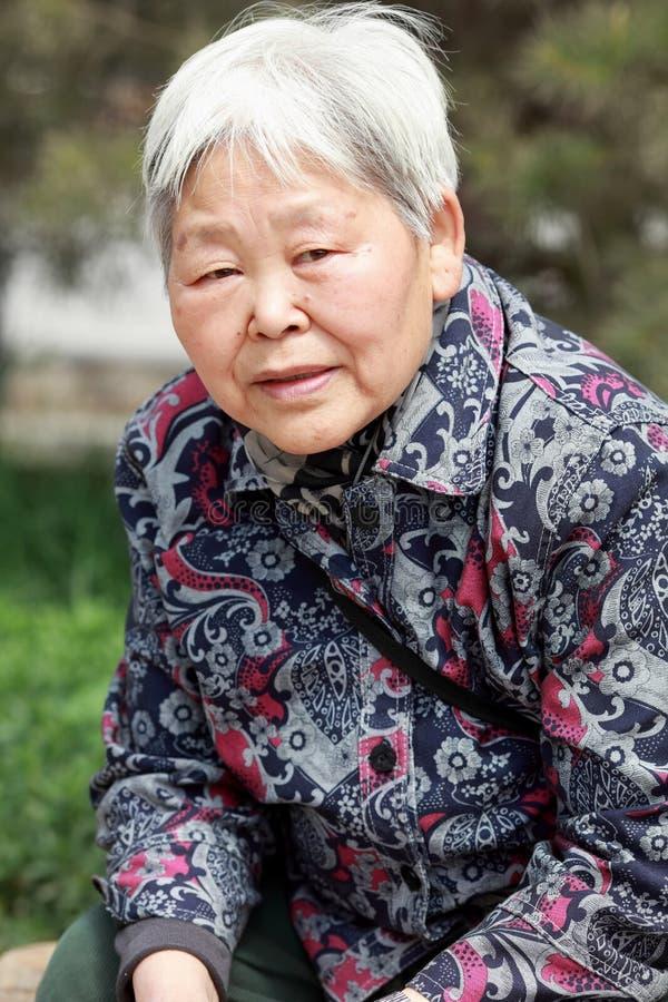 Retrato da mulher mais idosa s exterior imagem de stock
