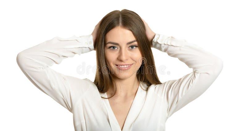 Retrato da mulher morena segurando a cabeça em mãos isolada fotografia de stock