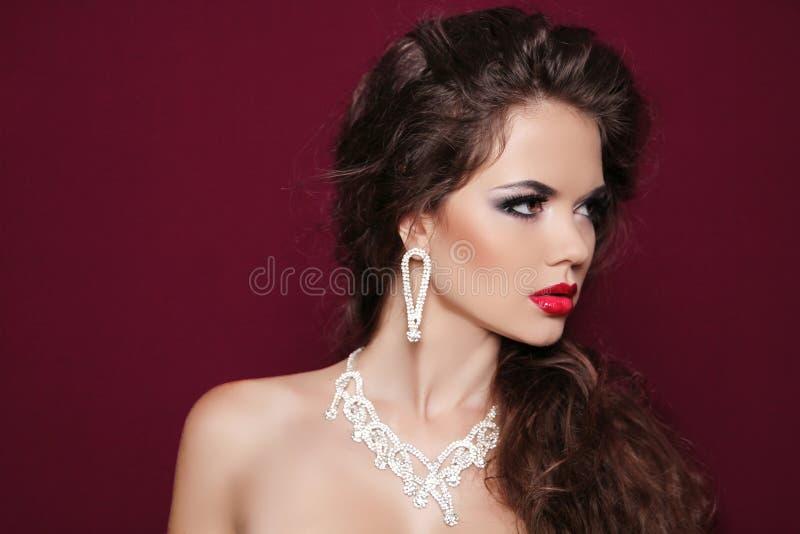 Retrato da mulher moreno bonita com joia do diamante. Fashi fotografia de stock royalty free