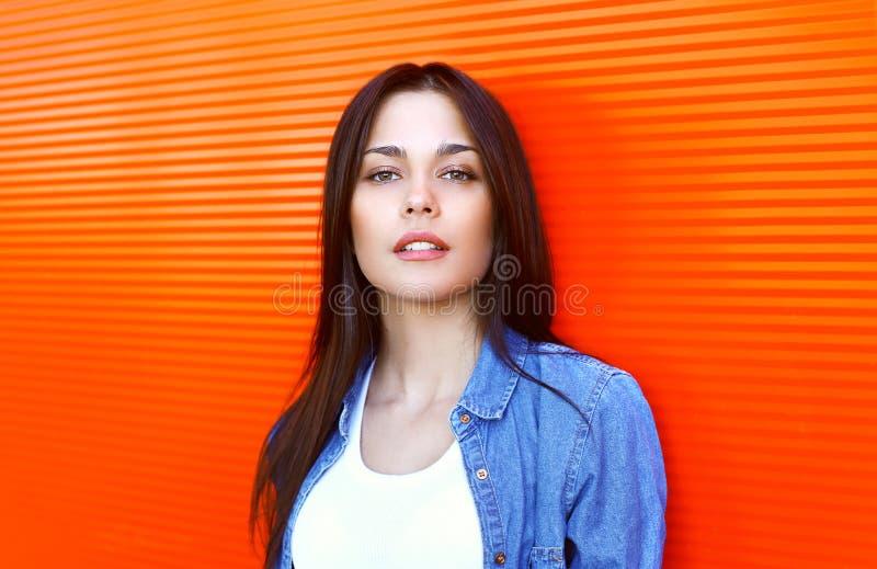 Retrato da mulher moreno bonita no revestimento das calças de brim fotos de stock