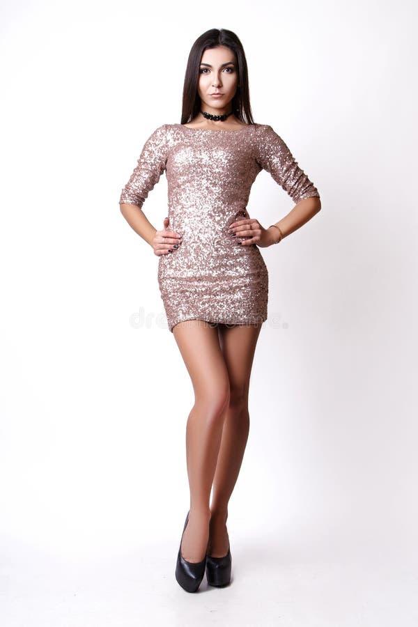 Retrato da mulher moreno bonita no vestido cor-de-rosa Tiro da foto da forma imagem de stock royalty free