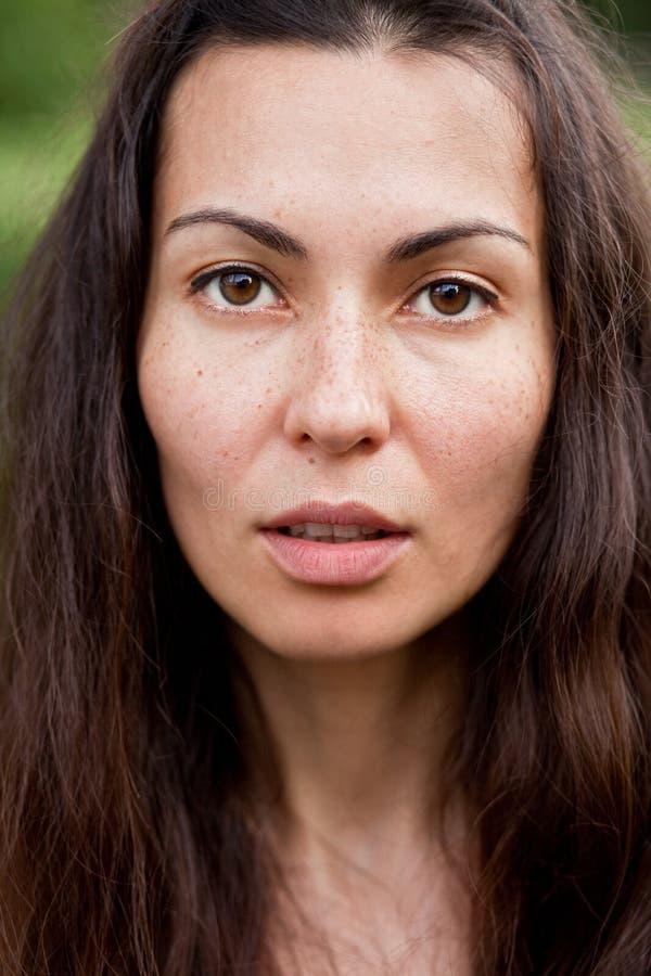Retrato da mulher moreno com sardas imagens de stock royalty free