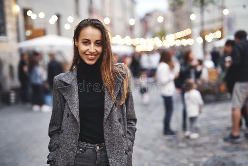 Retrato da mulher moreno elegante bonita nova que levanta na rua no outono fotos de stock