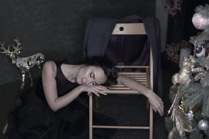 Retrato da mulher moreno nova em nivelar o vestido preto o adormecido foto de stock royalty free