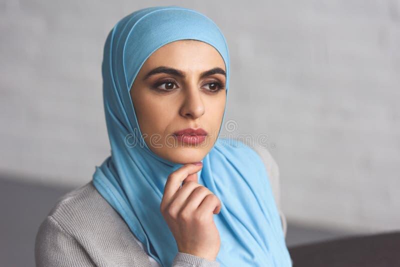 retrato da mulher muçulmana bonita pensativa fotos de stock royalty free
