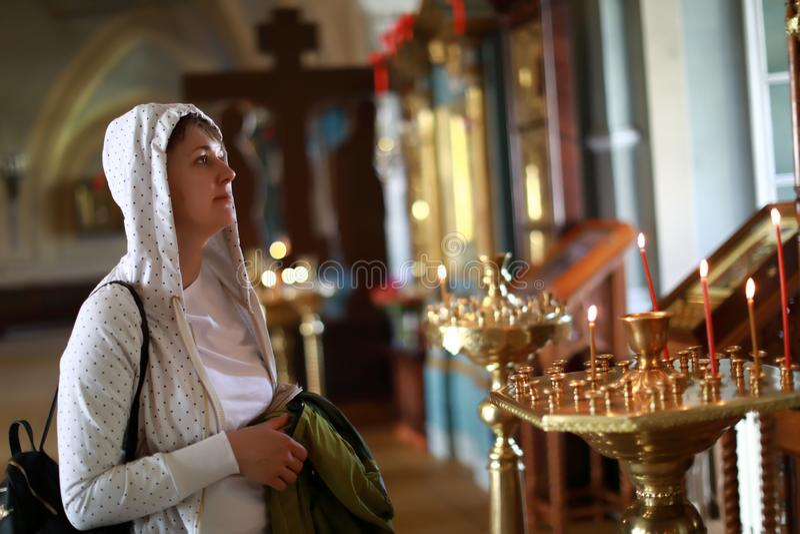 Retrato da mulher na igreja ortodoxa foto de stock royalty free