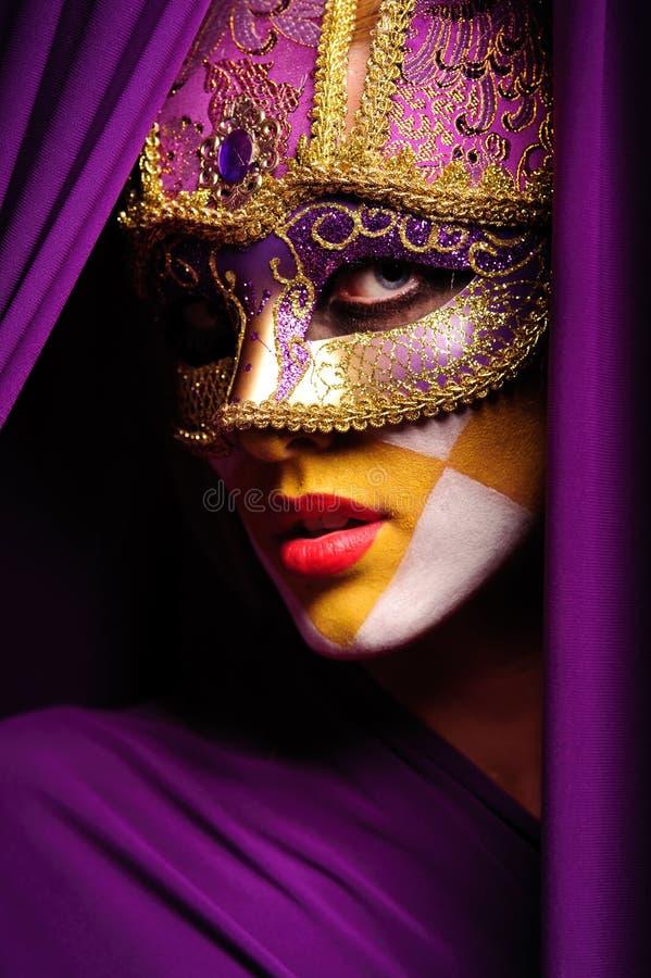 Retrato da mulher na máscara violeta imagem de stock