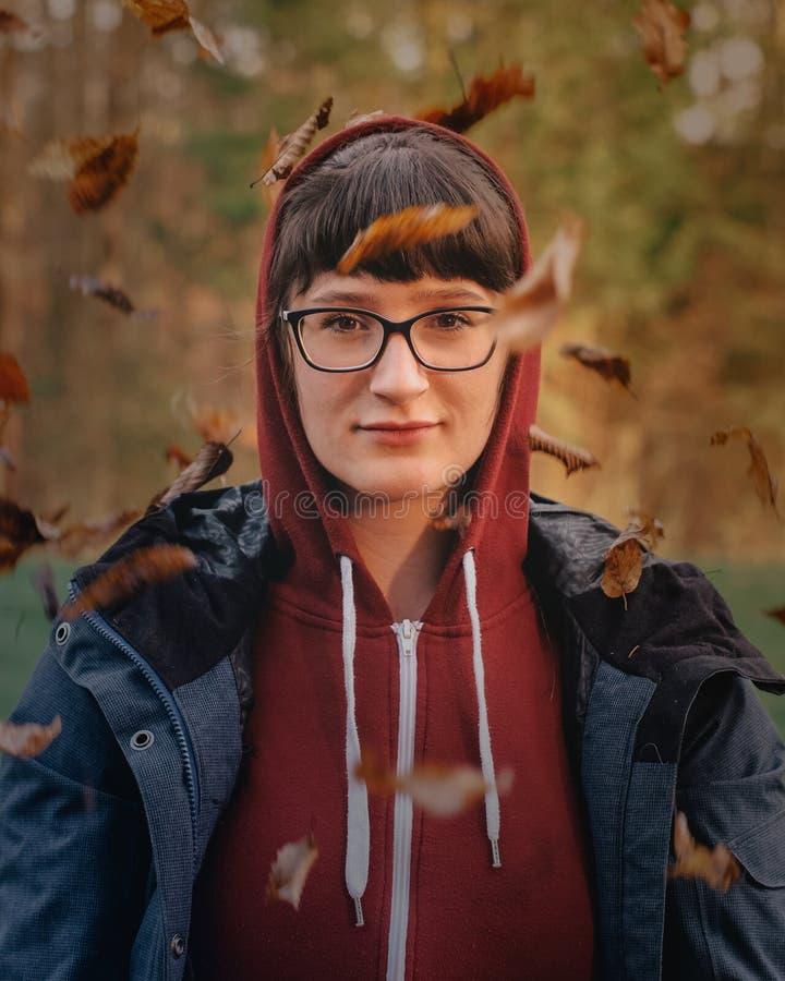 Retrato da mulher na natureza fotos de stock