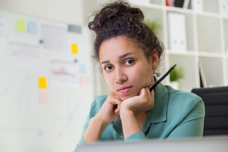 Retrato da mulher negra no escritório imagens de stock
