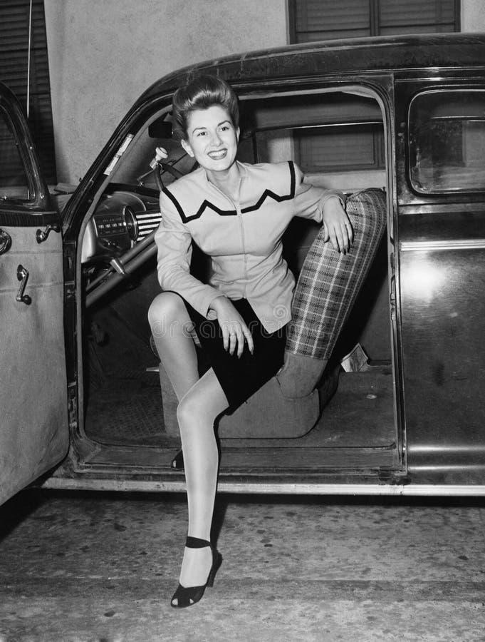 Retrato da mulher no assento de motoristas do carro (todas as pessoas descritas não são umas vivas mais longo e nenhuma proprieda imagem de stock royalty free