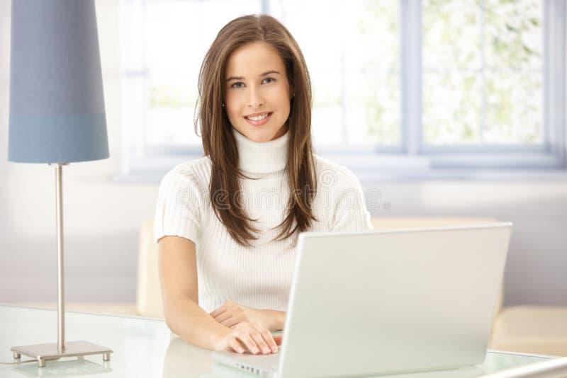 Retrato da mulher no estudo fotografia de stock royalty free