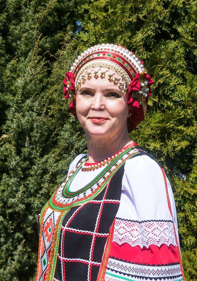 Retrato da mulher no povo-vestido do russo fotografia de stock royalty free