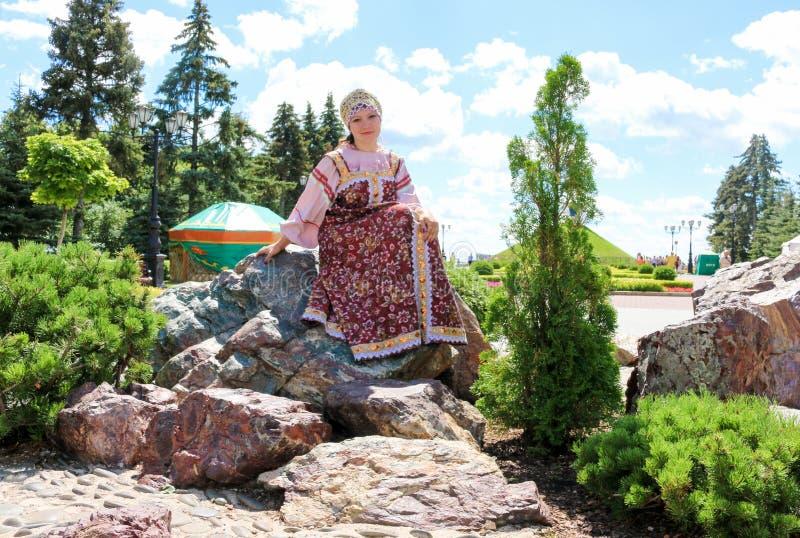 Retrato da mulher no traje dos povos do russo fotografia de stock royalty free