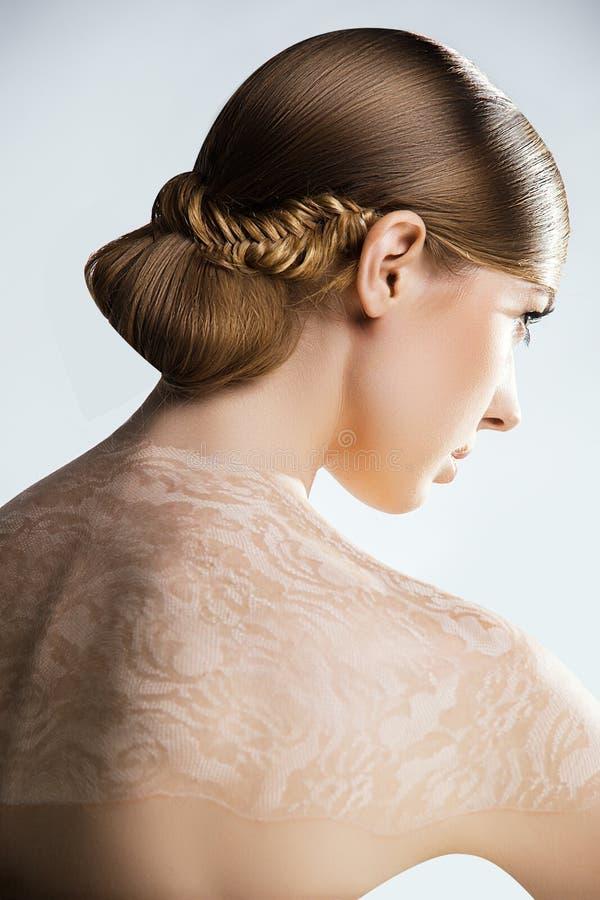 Retrato da mulher no vestido branco. Composição profissional foto de stock royalty free