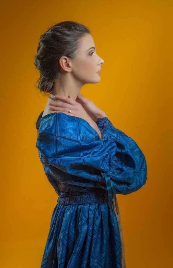 Retrato da mulher no vestido do vintage fotos de stock royalty free