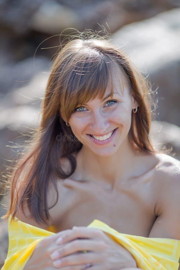 Retrato da mulher nova ao ar livre fotos de stock royalty free