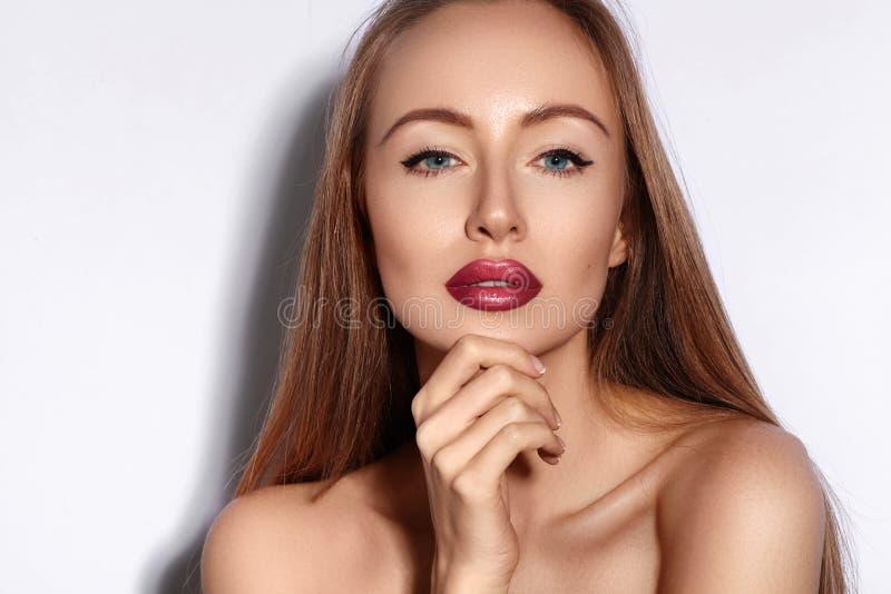 Retrato da mulher nova da beleza Menina modelo bonita com composição da beleza, bordos vermelhos, pele fresca perfeita Composição imagens de stock