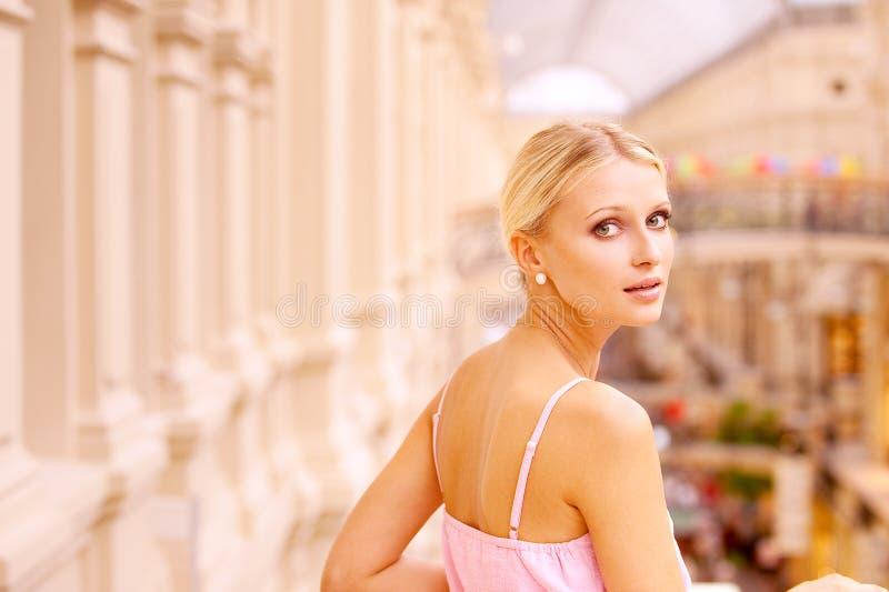 Retrato da mulher nova bonita foto de stock royalty free