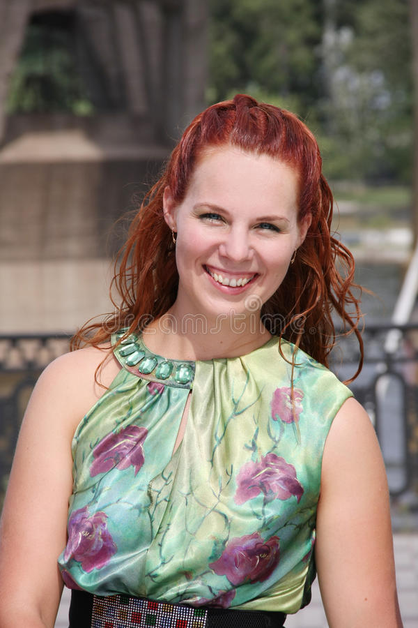 Retrato da mulher nova bonita com cabelo vermelho imagem de stock