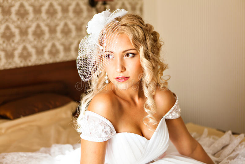 Retrato da mulher nova bonita Compo e estilo de cabelo A noiva do casamento compõe imagens de stock royalty free