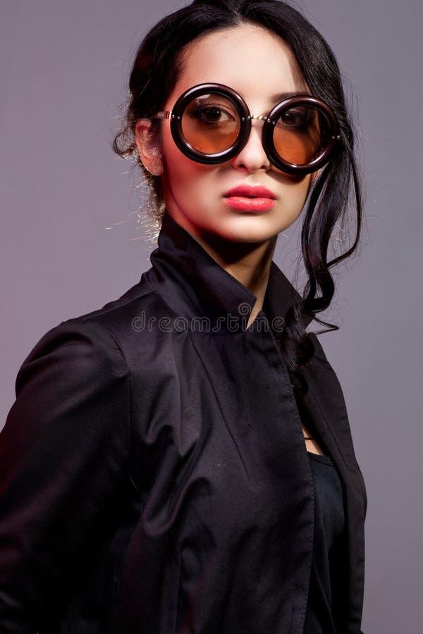 Retrato da mulher nova bonita nos óculos de sol imagens de stock royalty free