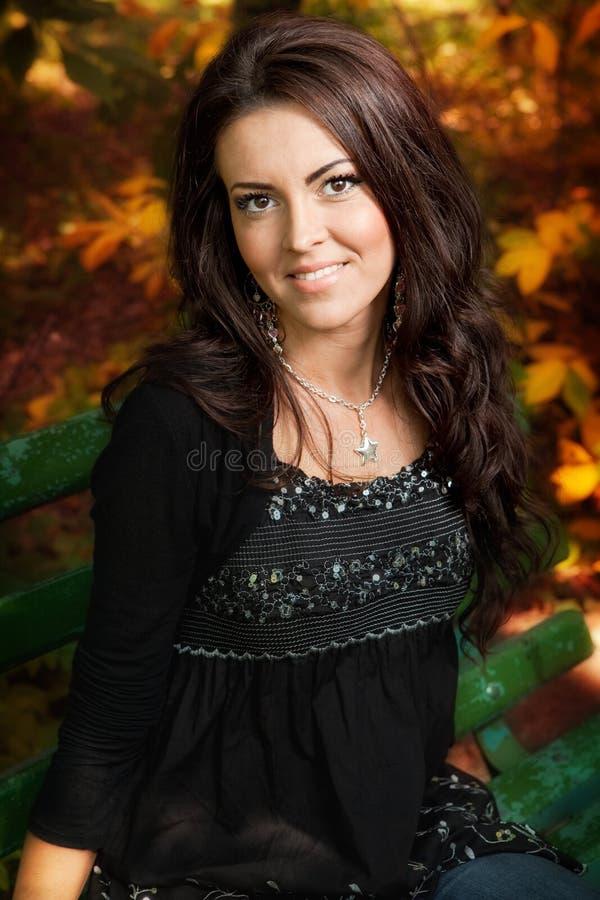 Retrato da mulher nova bonito no parque do outono foto de stock