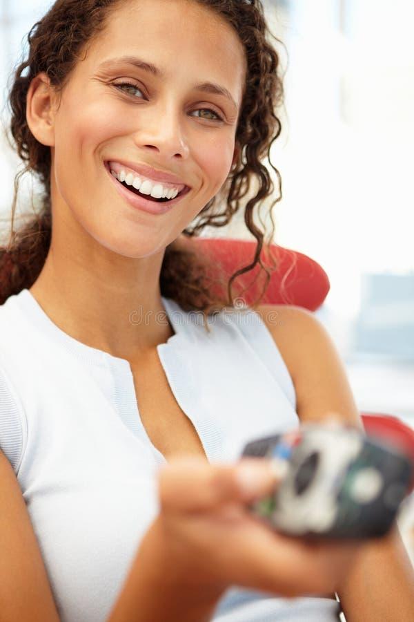 Retrato da mulher nova com de controle remoto imagens de stock