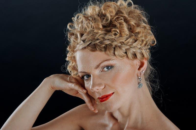 Retrato da mulher nova com hairdo da trança imagens de stock