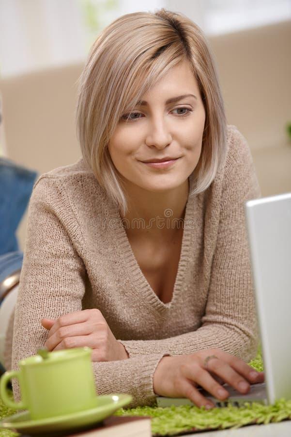 Retrato da mulher nova com portátil fotos de stock royalty free