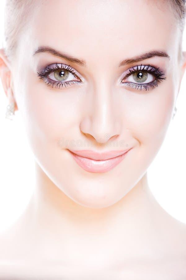Retrato da mulher nova de sorriso atrativa imagens de stock