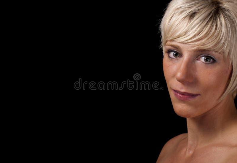 Retrato da mulher nova, direita do fundo preto imagens de stock