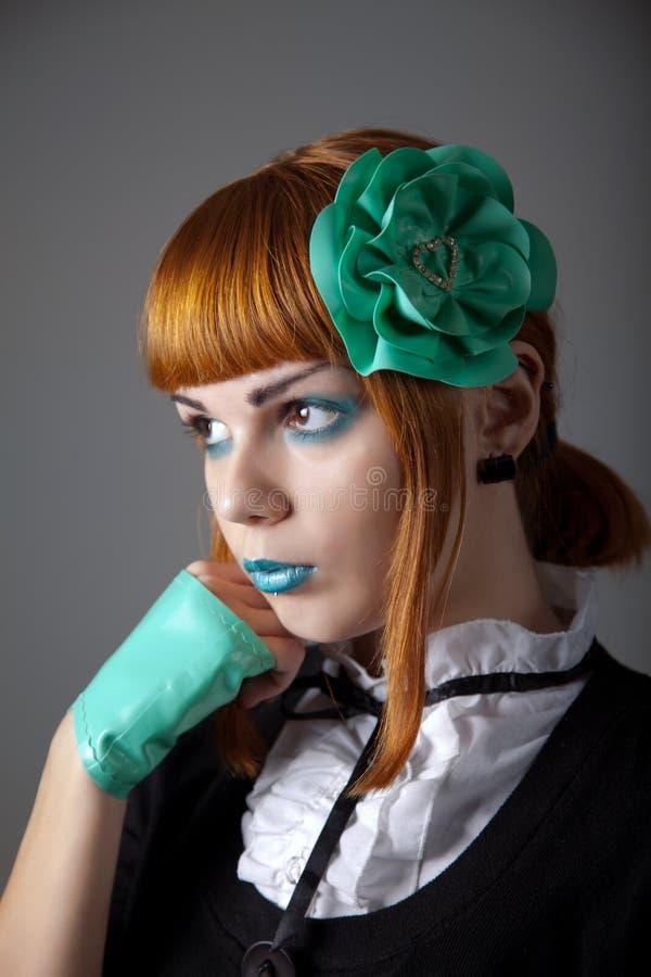 Retrato da mulher nova do redhead com composição azul foto de stock royalty free