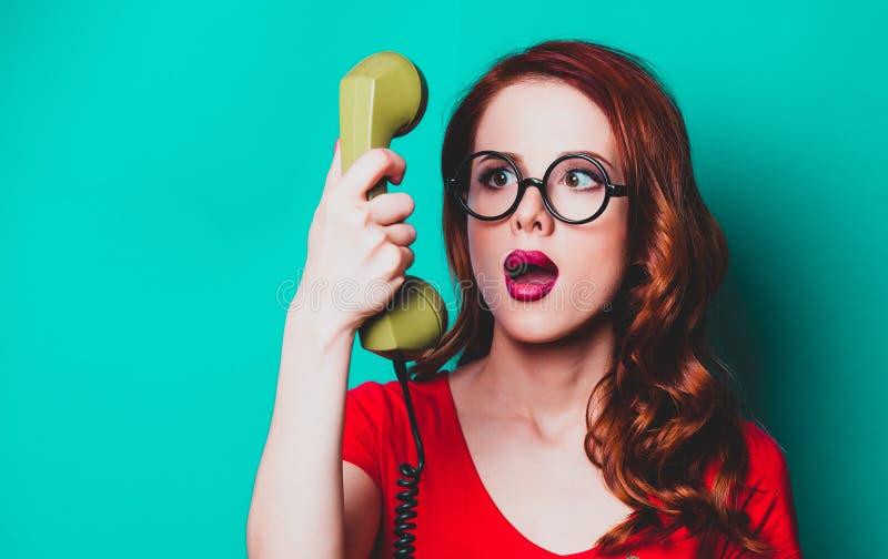 Retrato da mulher nova do ruivo com monofone fotografia de stock royalty free